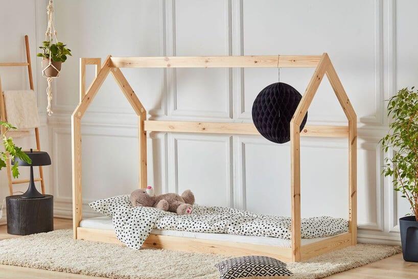 drewniane łóżko dla dzieci wkształcie domku od Adeko Stolarnia