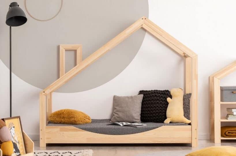drewniane łóżko dla dzieci wkształcie domku od Pinio zkominem