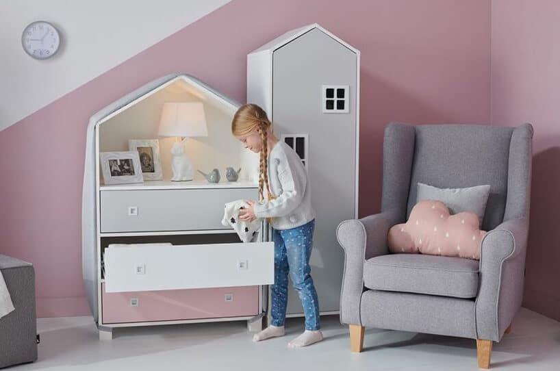 biało różowo szara komoda zdużymi szufladami od Konsimo