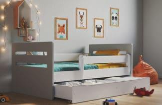 białe eleganckie łóżko dla dzieci z dodatkowymi balustradami i wysuwaną szufladą na pościel