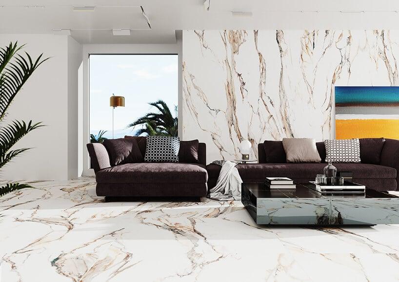 marmurowe wykończenie salonu na ścianach przy ciemno fioletowych kanapach