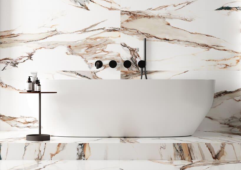 duża płyta wkolorach białych oraz lekkiego mazańca różu przy wolnostojące wannie