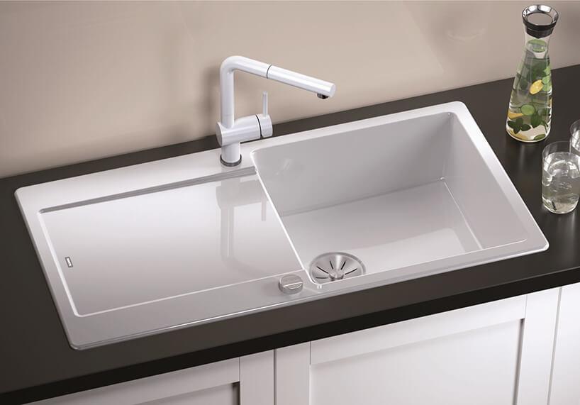 elegancki jednokomorowy biały zlewozmywak Idento XL6S od Blanco na ciemnym blacie kuchennym