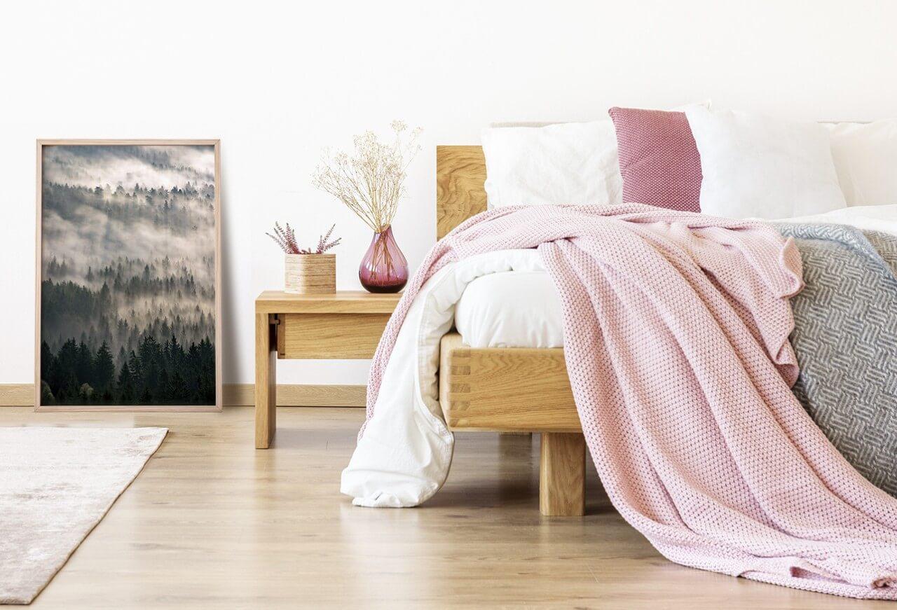 plakat zlasem wsypialni iłóżkiem zróżową pościelą idodatkami