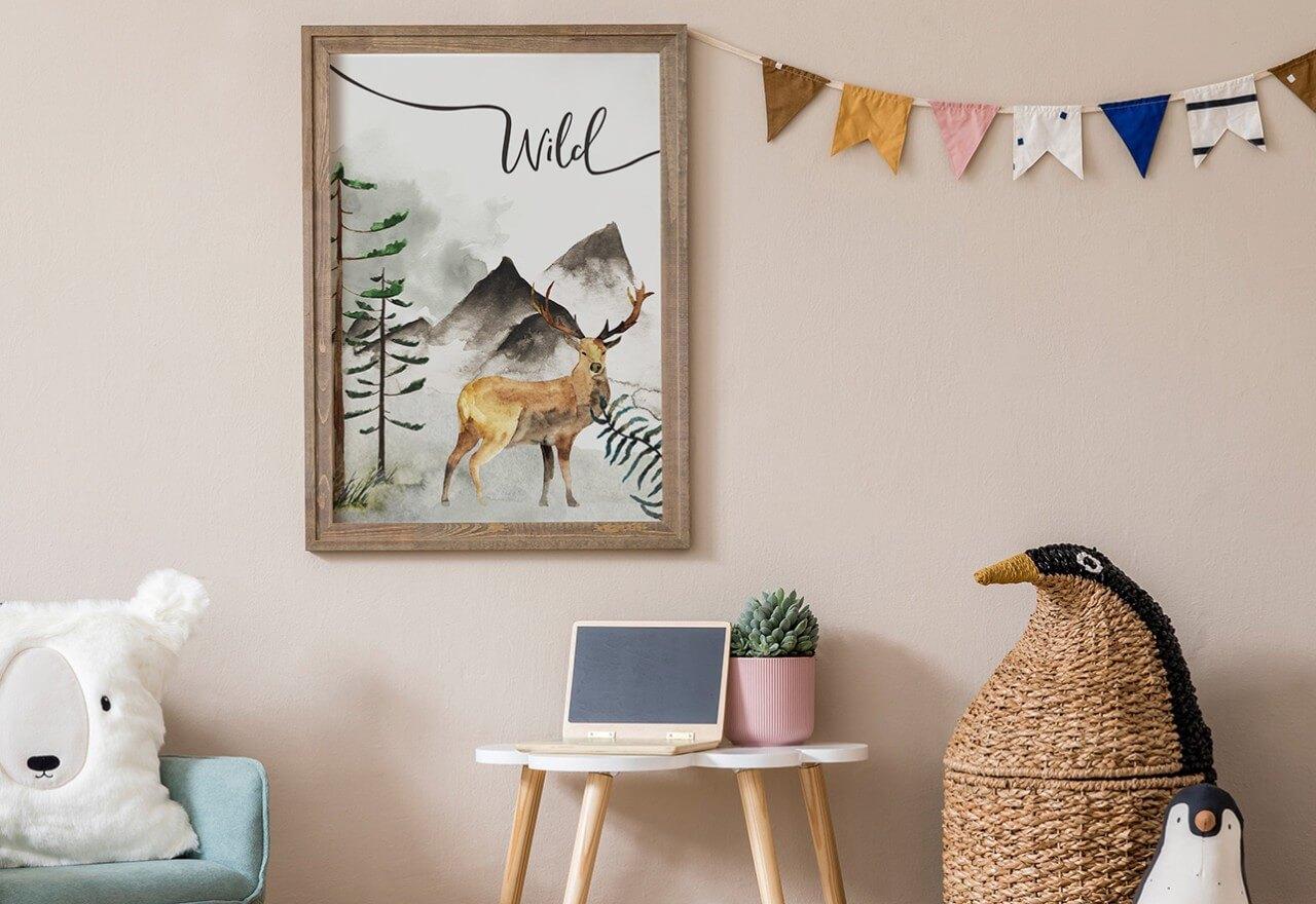 plakat na pudrowej ścianie dziecięcego pokoju
