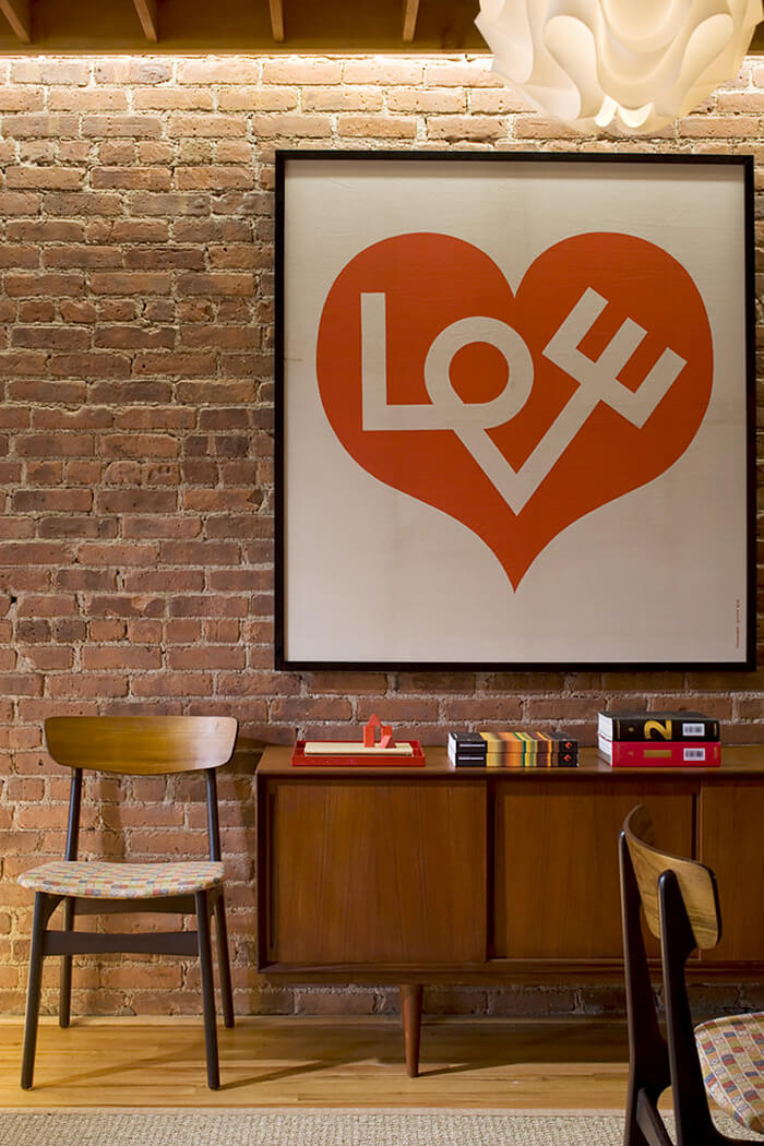 plakat na ceglanej ścianie znapisem LOVE