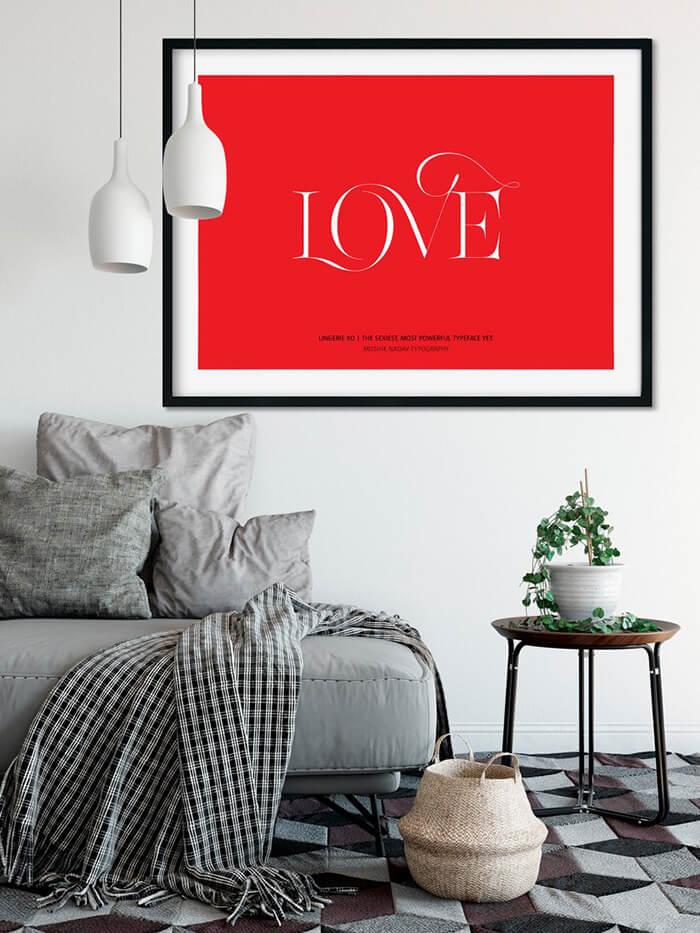 plakat znapisem love na białej ścianie