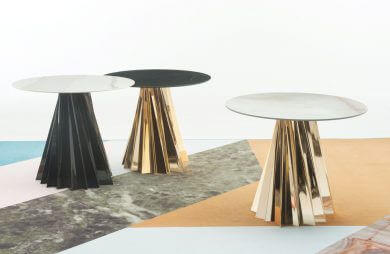 trzy plastikowe stolik o kanciastej podstawie