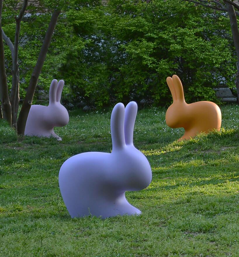 kilka pastikowych królików rozstawionych wlesie