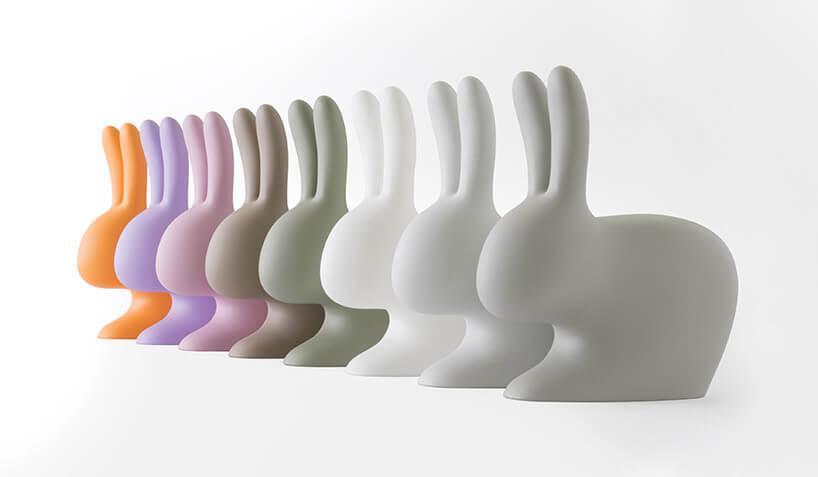 osiem różnokolorowych plastikowych królików do siedzenia