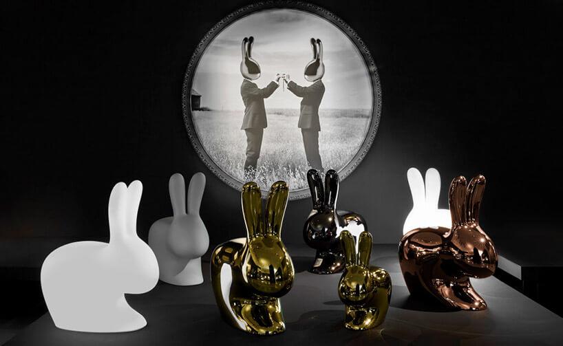 plastikowe króliki zobrazem wtle