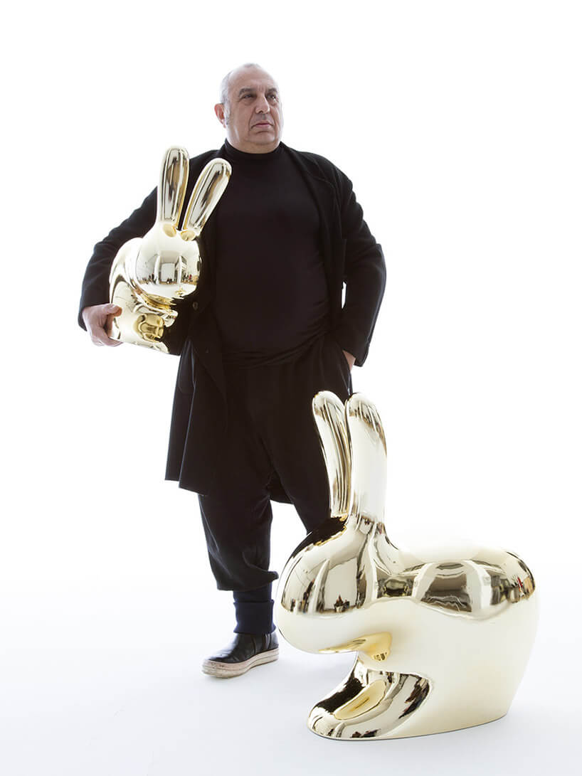 mężczyzna trzymający złotego królika
