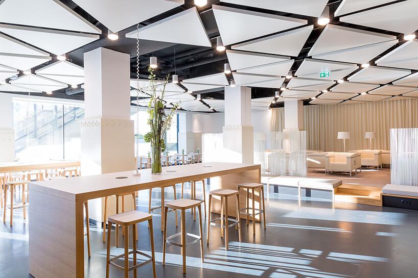 nowoczesne wnętrze wbiurowcu zprzestrzenią do pracy