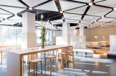 nowoczesne wnętrze w biurowcu z przestrzenią do pracy