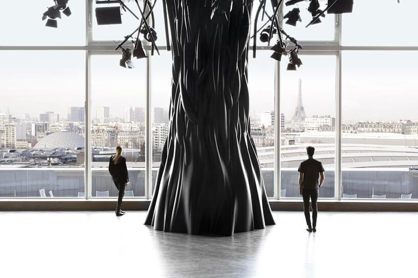 metalowe drzewo zdwoma ludźmi obok