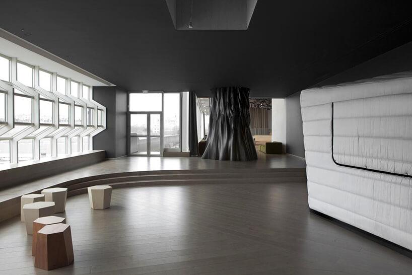 czarny sufit zdrewnianą podłogą