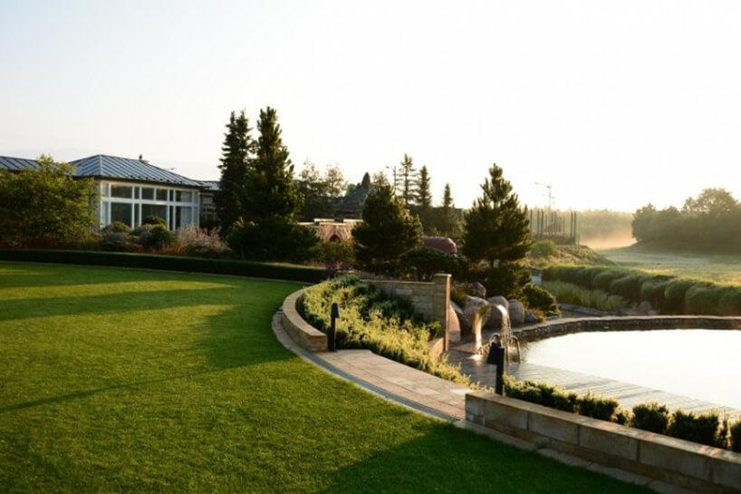 piękny ogród oporanku od Ogrody Strumyk zobłożnym kamieniami basenem