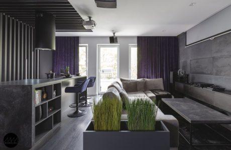 szare mieszkanie zaprojektowane przez pracownię Mandalinci Studio z białym sufitem i fioletowymi zasłonami