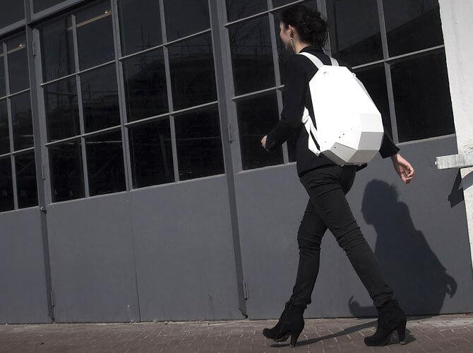 kobiet wczarnym ubiorze zbiałym plecakiem