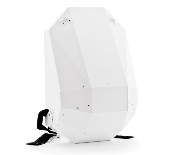 biały plecak zczarnymi paskami
