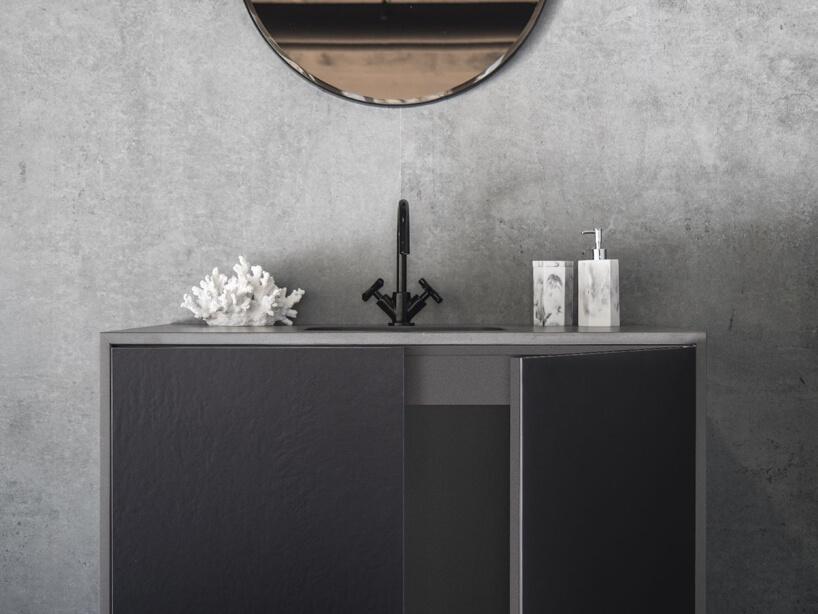 ciemno szara szafka łazienkowa zczarnym kranem ibiałymi dodatkami