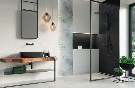 prosta duża łazienka natryskiem ze szklaną ścianą