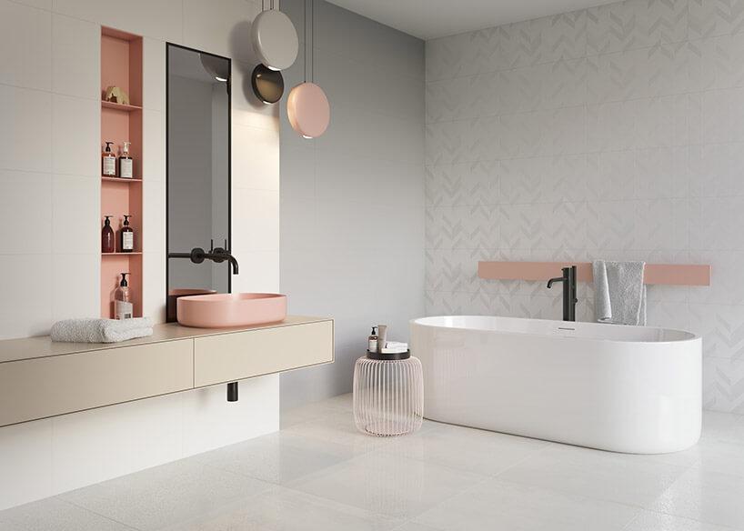 biała łazienka zróżowymi akcentami zpłytkami Motivo zParadyża