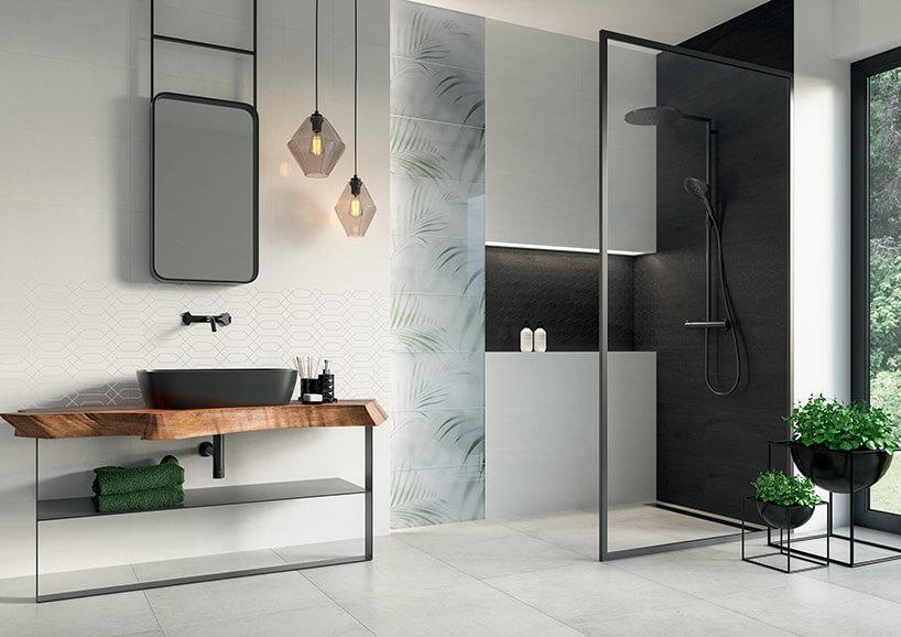 przestronna łazienka znatryskiem zpłytkami Taiga zParadyża