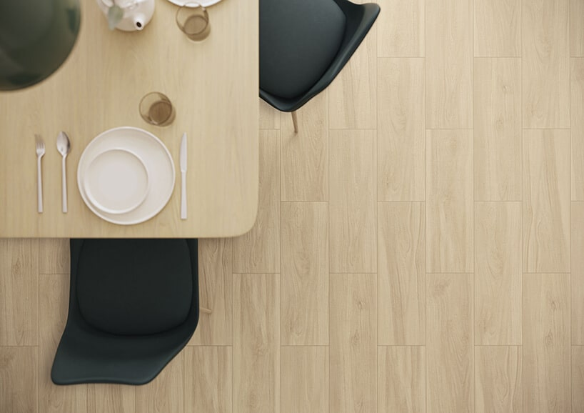 płytki podłogowe imitujące drewniane deski wkolorze jasnego drewna