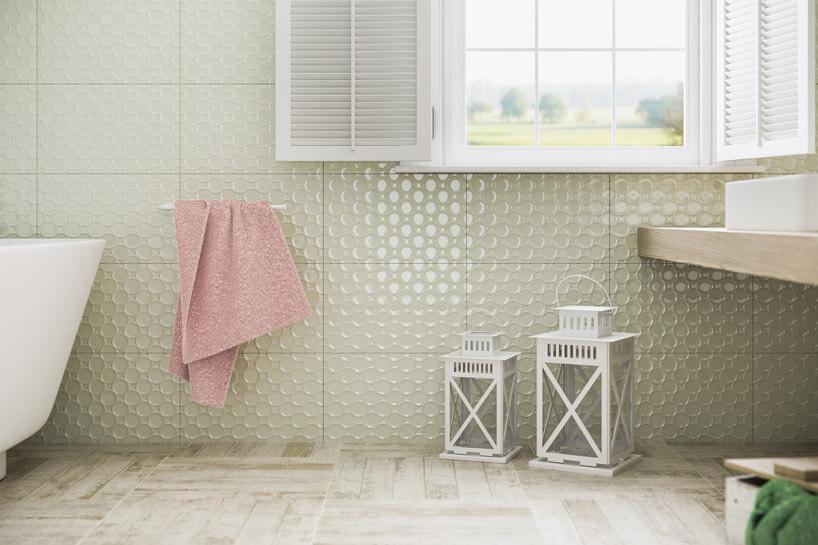 różowy ręcznik przymocowany do zielonkawej ściany