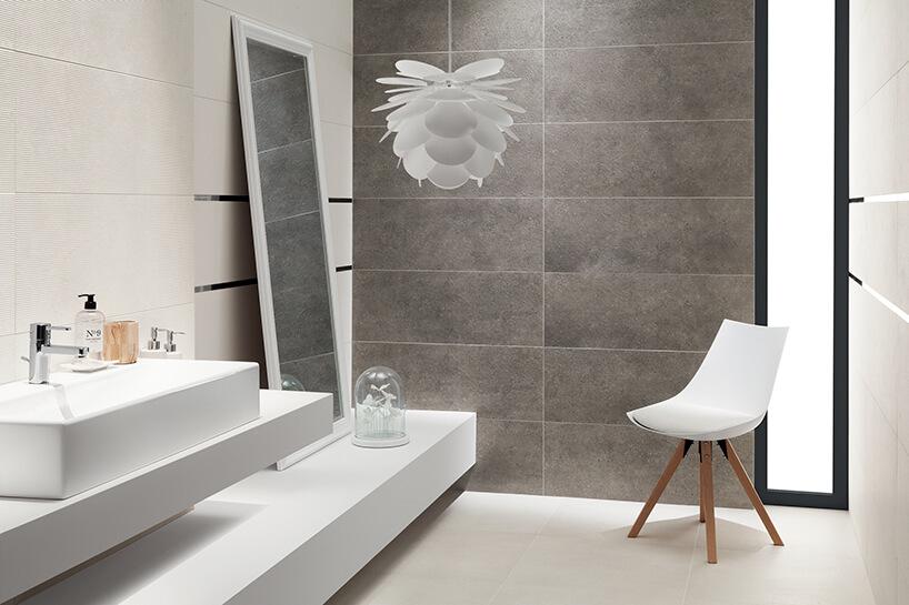 biało szara łazienka zdużym stojącym lustrem zpłytkami strukturalnymi Tubądzin