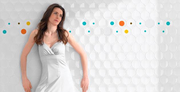kobieta na tle nietypowej ściany
