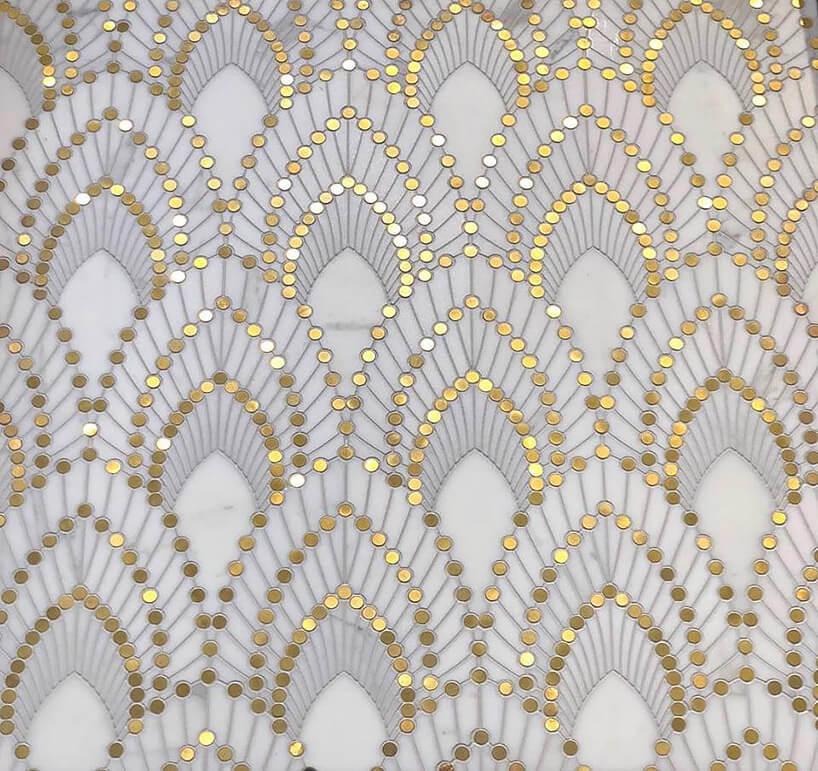 biało szare płytki ozdobione mosiężnymi kropkami