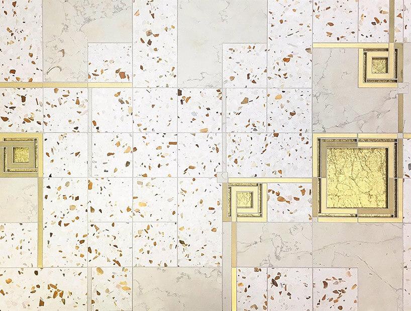 białe ikremowe płytki na ścianie ze wstawkami zmosiądzu