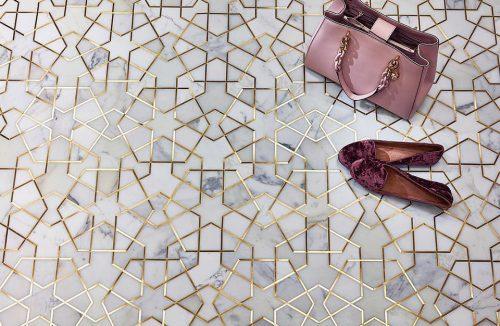 różowa torebka i buty na białych płytkach ze złota fugą
