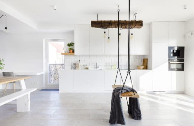 Pobujać się w bieli: nowoczesny 100-metrowy apartament