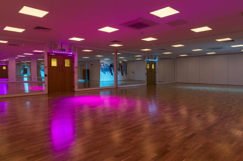 drewniana specjalna podłoga do tańczenia wpokoju zfiletowym oświetleniem