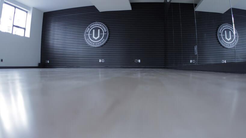 nowoczesna sala do tańca zczarną ścianą zlicówki ilustrami