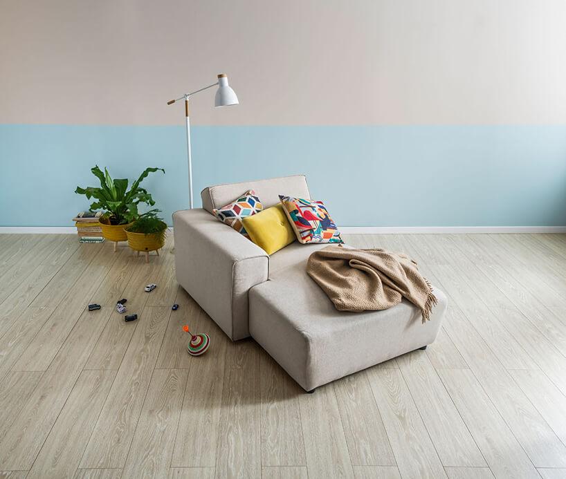 kremowa drewniana podłoga VOX wwnętrzu zbeżowym siedziskiem