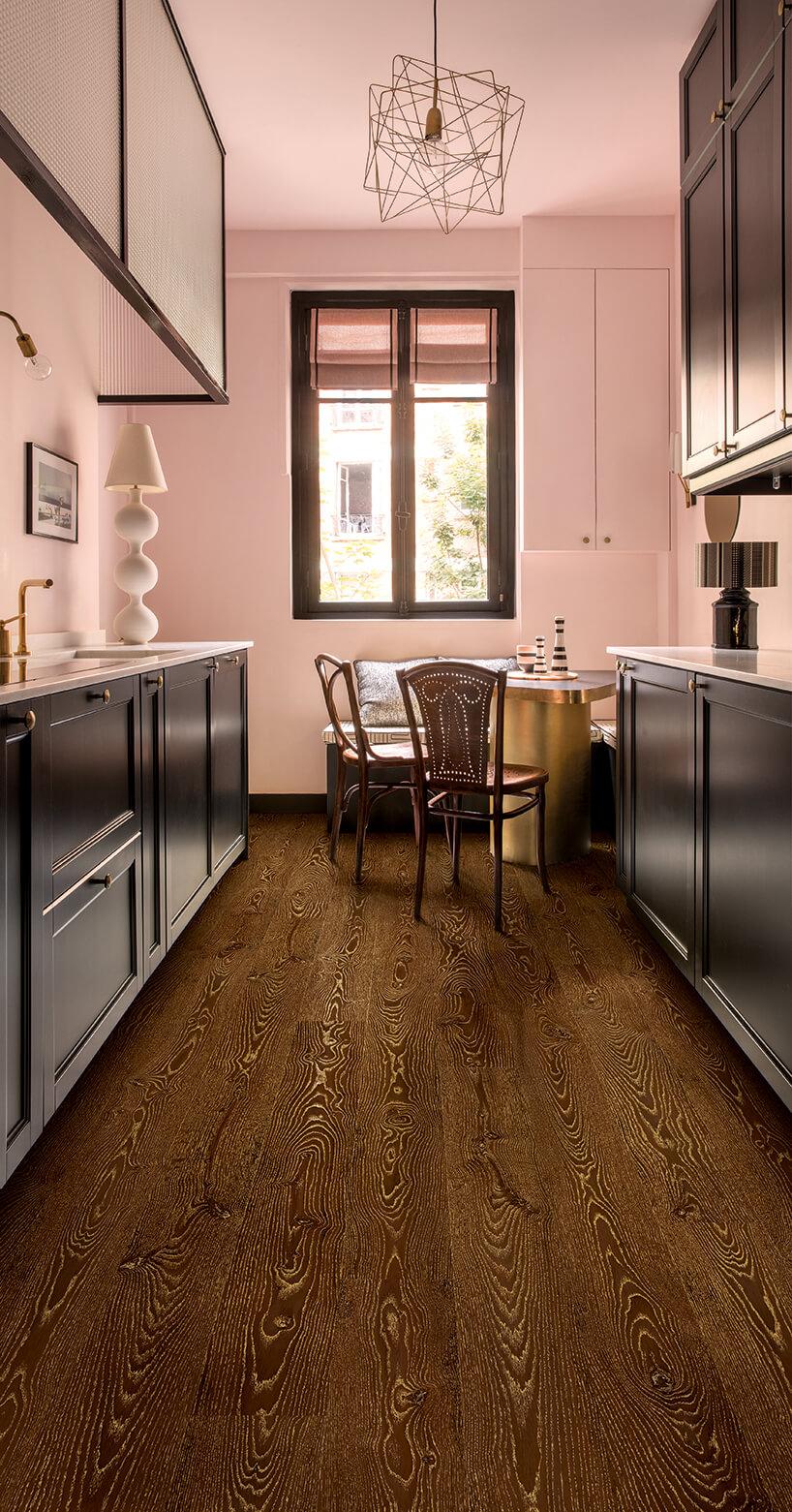 ciemna podłoga laminowana Quick-Step wróżowej kuchni zczarnymi frontami szafek