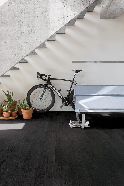 czarna podłoga laminowana Quick-Step wholu zbiała ławką pod schodami iczarnymi rowerem kolarskim S-WORKS