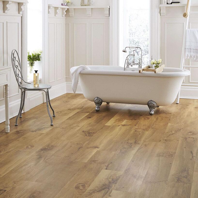 podłoga winylowa drewnopodobna wbiałej łazience
