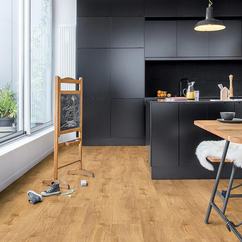 winylowa podłoga drewnopodobna wczarnej kuchni