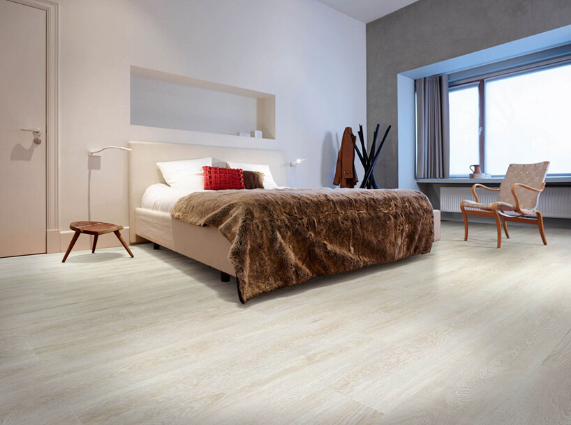 jasna podłoga winylowa wprzestronnej jasnej sypialni