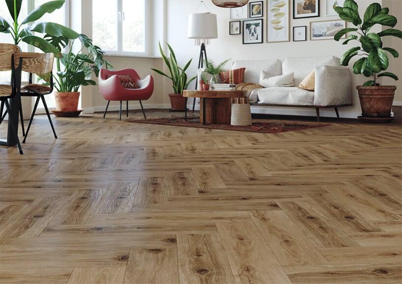 salon wstylu retro zdrewnianą podłogą we wzór jodły