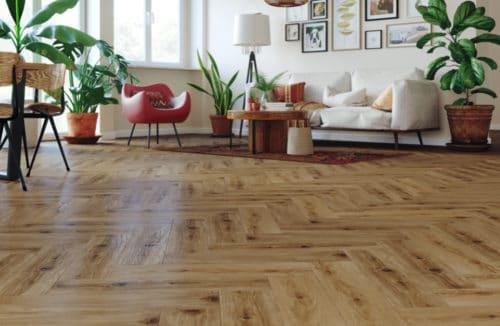 salon w stylu retro z drewnianą podłogą we wzór jodły
