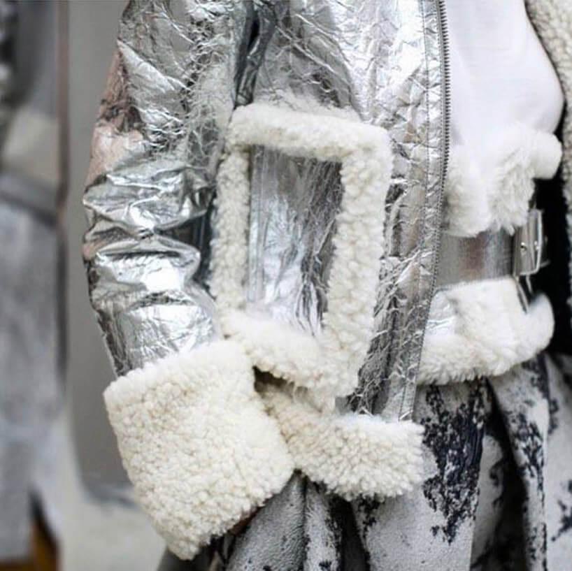 kurtka ze srebrnego błyszczącego materiału
