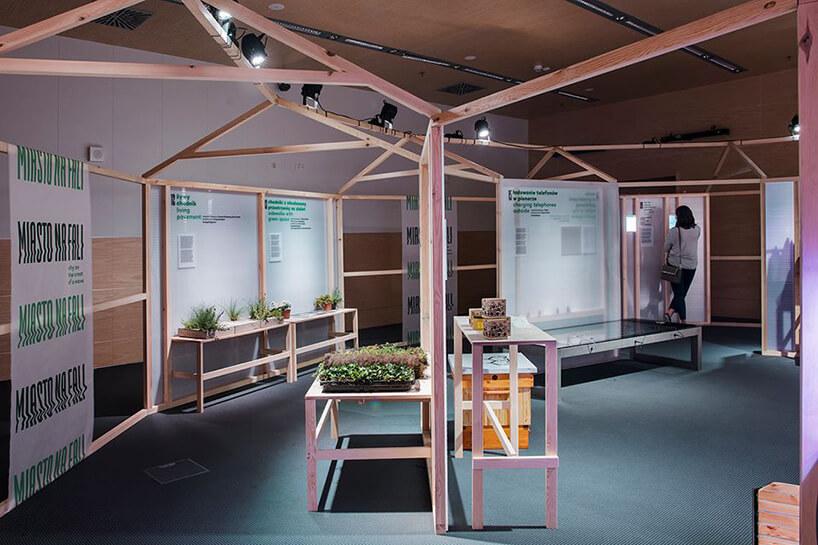 małą sala wystawowa zelementami drewnianymi
