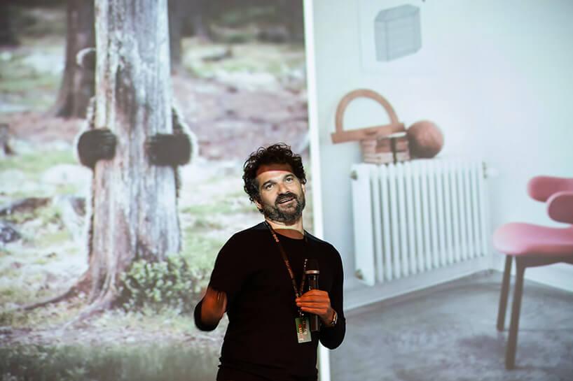 mężczyzna zmikrofonem podczas prezentacji