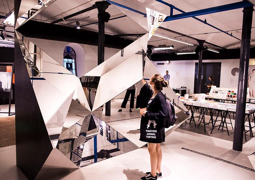 kobieta zczarną torbą przy ekspozycji zluster